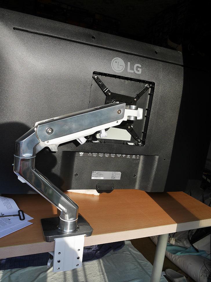 LG 43UN700Tをエルゴトロン HXに取り付けた。2020年-015.jpg