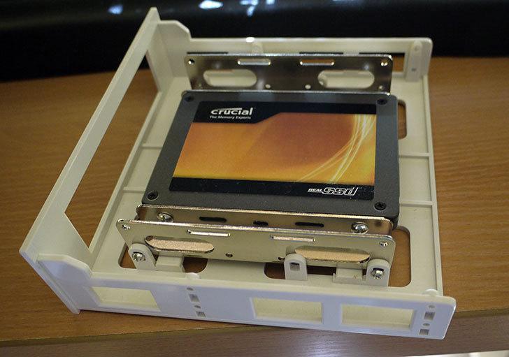 SSDにSANWA-SUPPLY-TK-HD25-2.5-HDD変換マウンタを取り付けた3.jpg