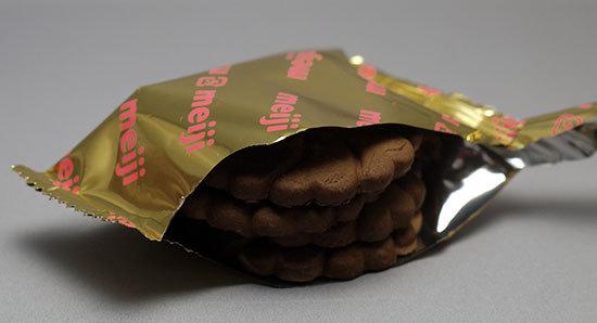 meiji-ダイエットビスケット-さくさく食感ココアを買って来た3.jpg